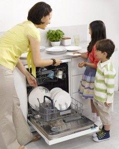 діти у посудомийної машини