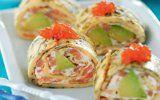 Роли з омлету з авокадо і лососем